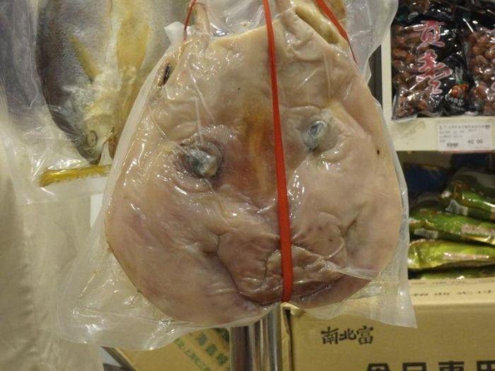 Как продают вяленые свиные головы в Китае (7 фото)
