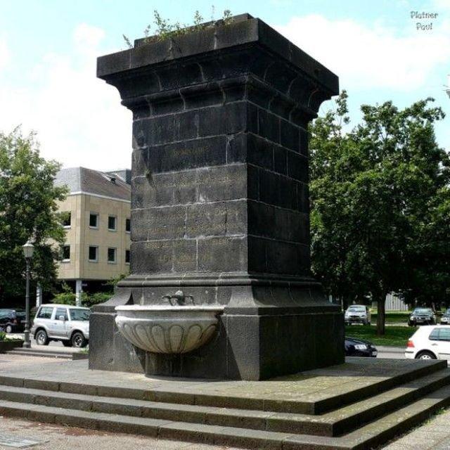 Памятник Наполеону в Германии (2 фото)