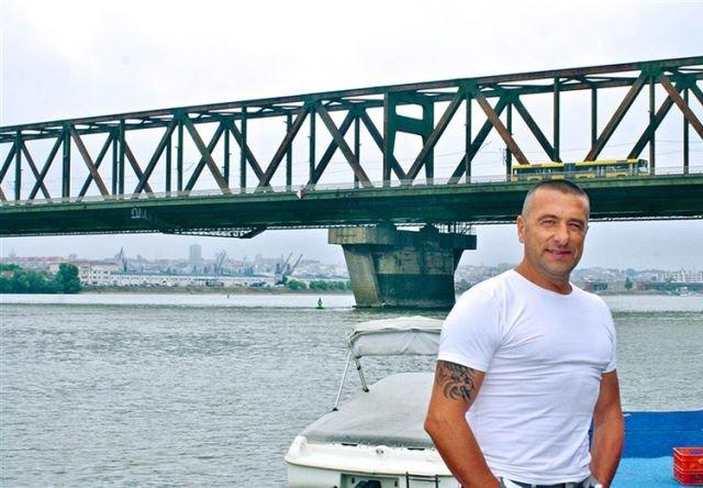 Белградский ресторатор спасает жизни самоубийц (2 фото)