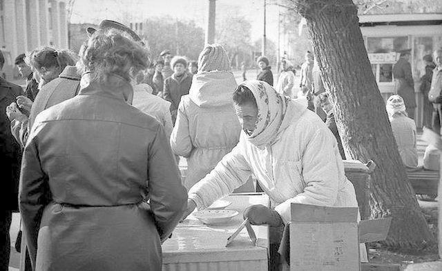 Зинаида Синицына - продавщица мороженого, в честь которой установили памятник (11 фото)