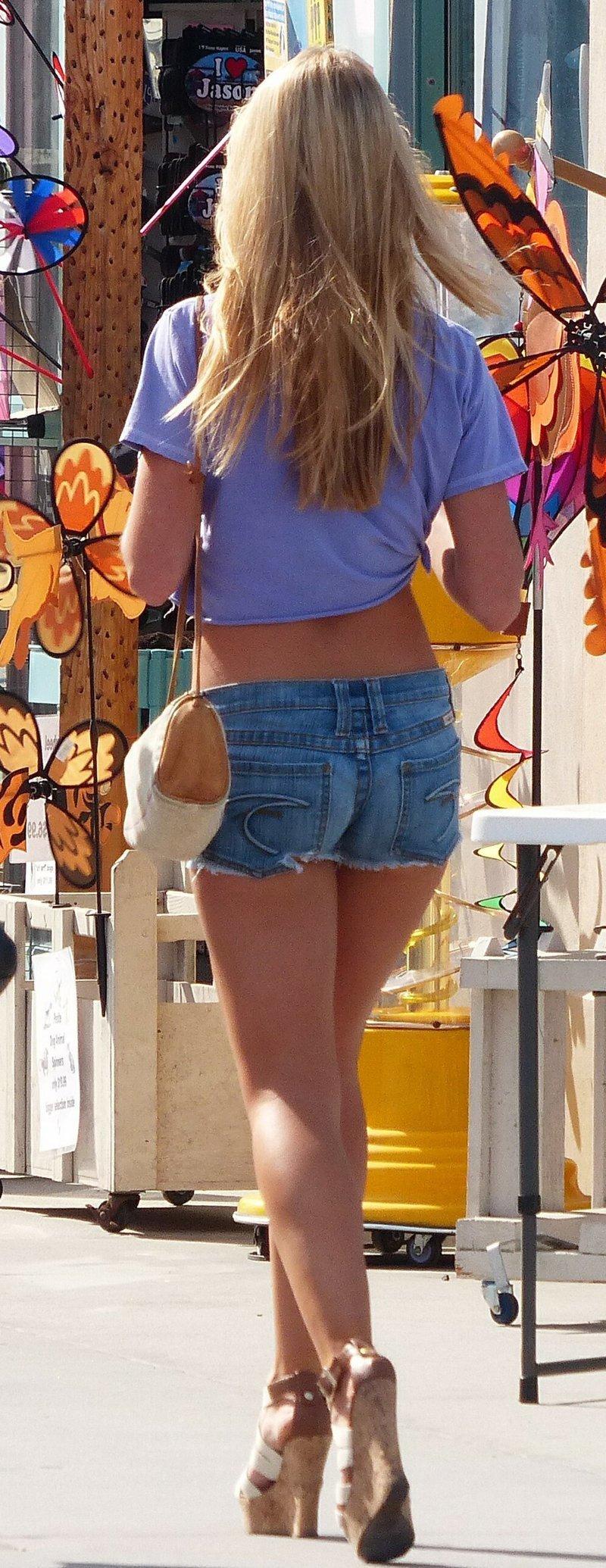 Сексуальные девушки в коротеньких шортиках (30 фото)