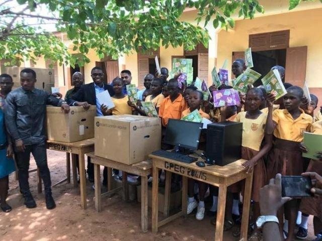 Африканская школа обзавелась первыми компьютерами благодаря рисункам местного учителя Ричарда Акото (2 фото)