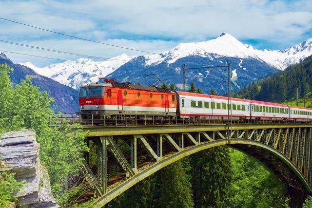 Прекрасные железнодорожные маршруты и великолепные поезда (17 фото)