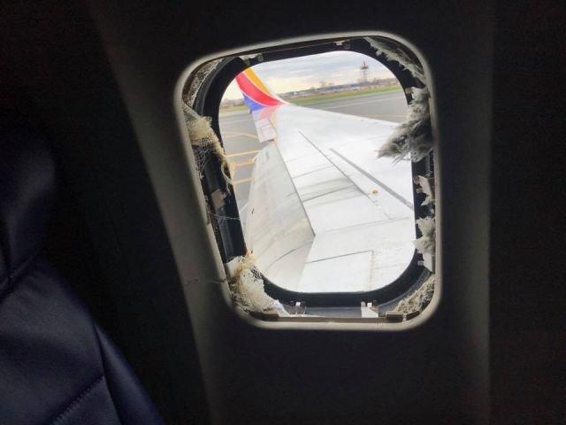 У пассажирского самолета на высоте 10 тысяч метров взорвался двигатель (5 фото)