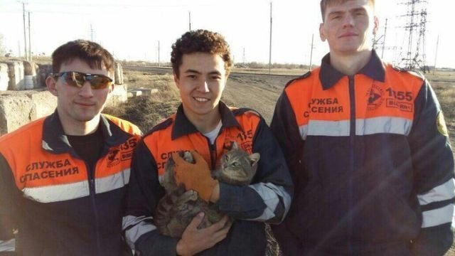 Служба спасения Караганды спешит на помощь (4 фото)