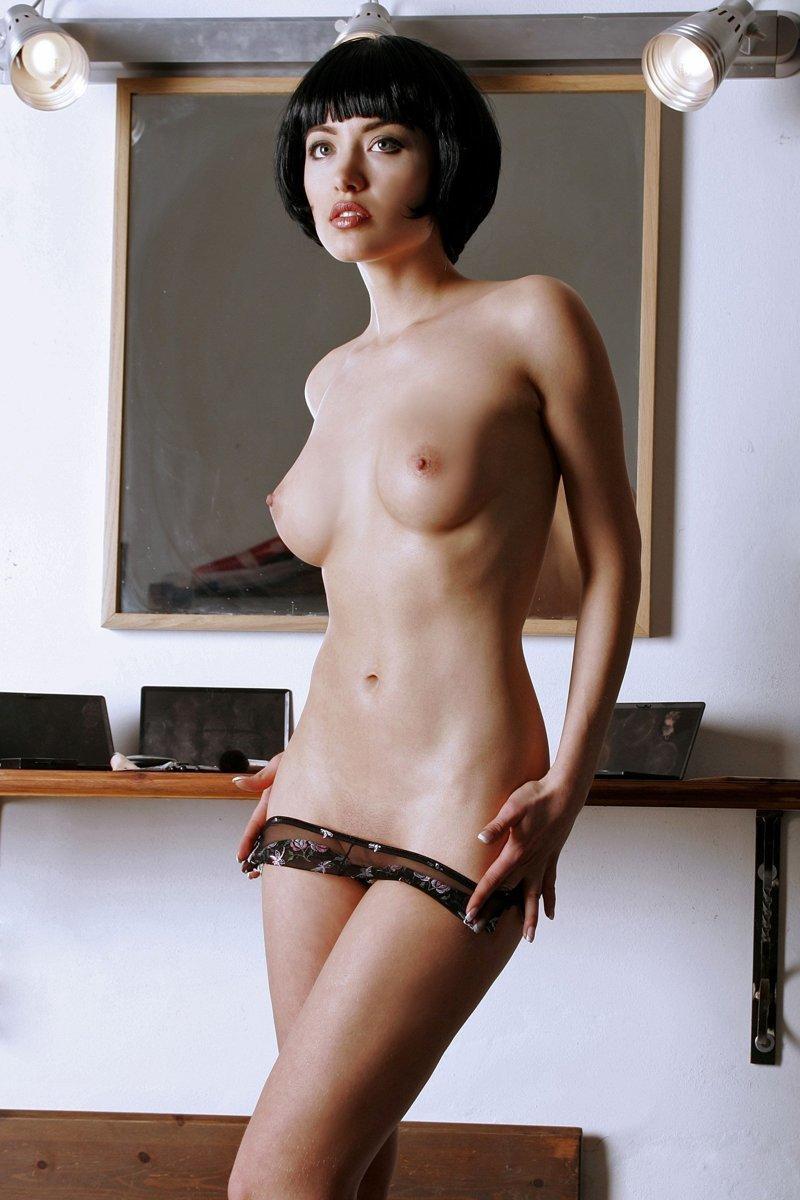 Эротика картинки брюнетка короткими волосами, порно с красивенькой незнакомкой