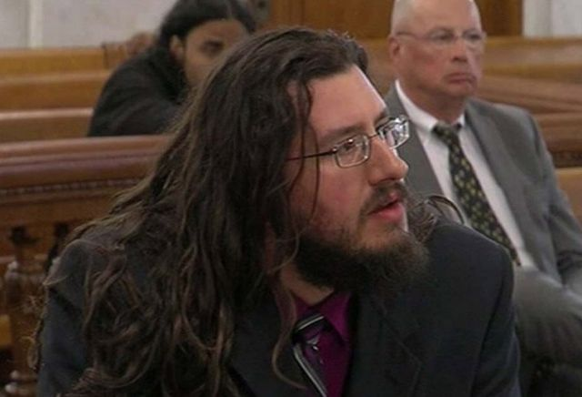 В США родители обратились в суд, чтобы заставить съехать от них 30-летнего безработного сына (2 фото)