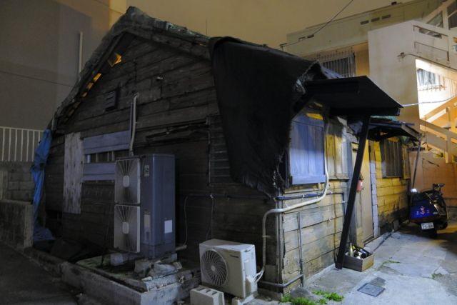 Ни за что не догадаетесь, что скрывает эта ветхая конструкция (10 фото)