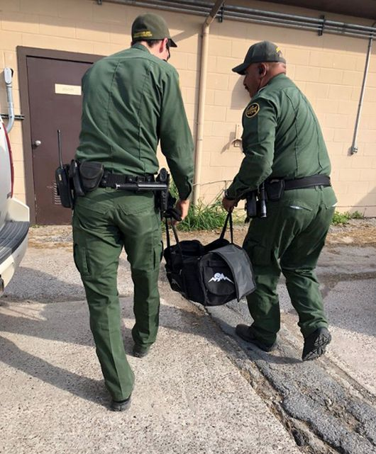 Находка американских пограничников в брошенной нелегалами сумке (5 фото)