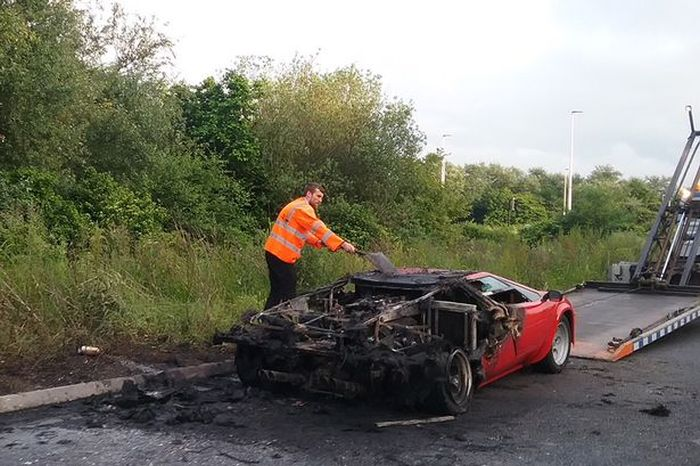 Суперкар Lamborghini Countach стоимостью более 500 000$ сгорел дотла (5 фото)