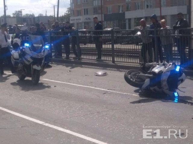 В Екатеринбурге сотрудник ГИБДД на мотоцикле попал в аварию (5 фото)