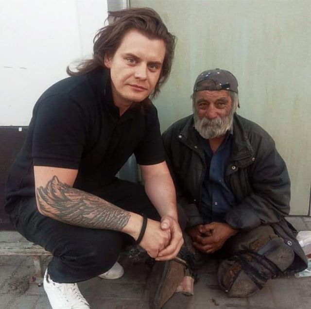 Пара из Челябинска помогла бездомному инвалиду вернуться на родину (5 фото)