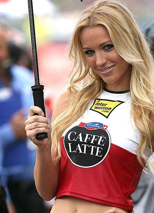 """Грид-гёрлз на гонках """"Формула-1"""" (35 фото)"""