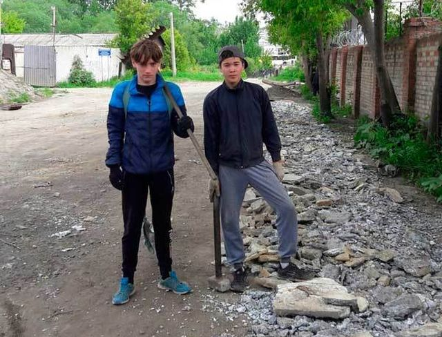 В Челябинске четверо подростков своими силами ремонтируют дорогу (3 фото)