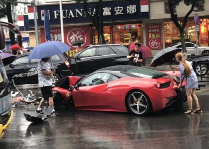 Девушка разбила арендованный Ferrari, как только села за руль (3 фото)