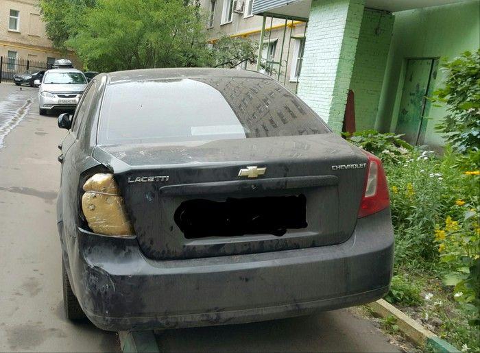 Губка и пара лампочек решила все проблемы этого автомобилиста (2 фото)
