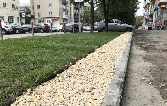 Житель Челябинска облагородил газон возле дома (5 фото)