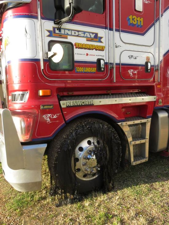 Более 50 автомобилей пострадали из-за расплавившегося асфальта в Австралии (9 фото)