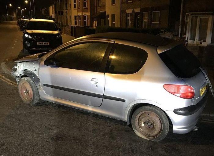 Полиция Англии остановила подозрительный автомобиль (4 фото)