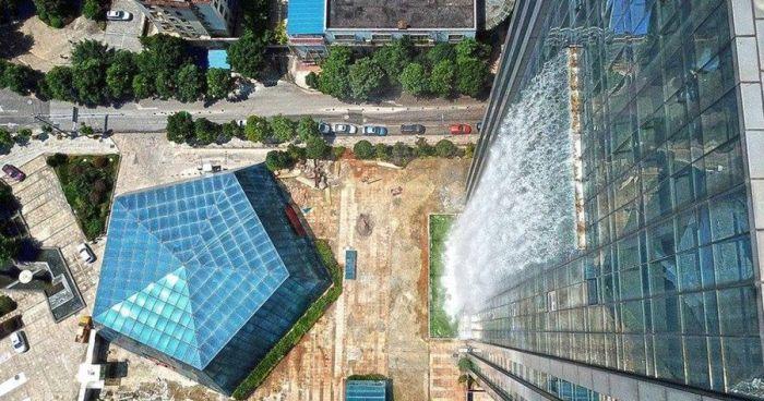 В Китае построили 108-метровый водопад, стекающий со стены небоскреба (4 фото)