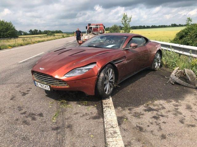 Владелец оставил на трассе Aston Martin DB11 с оригинальной запиской после аварии (4 фото)