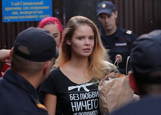 Активистов Pussy Riot повторно задержали после 15 суток ареста (5 фото)