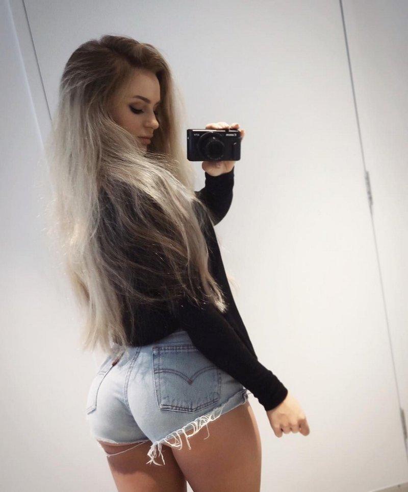 Девушки в коротеньких джинсовых шортиках (35 фото)