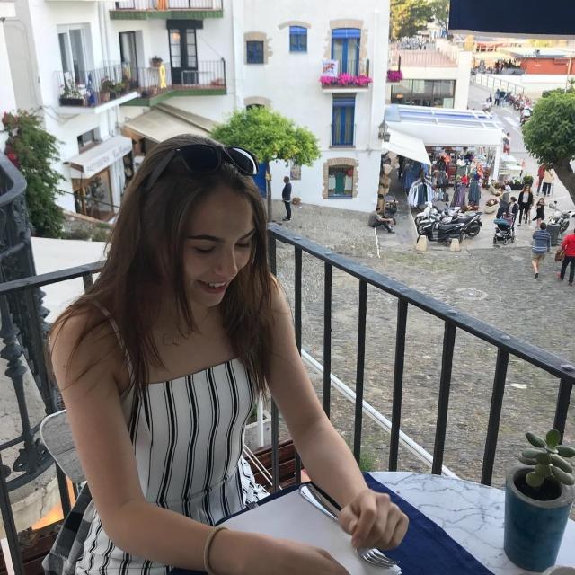 Угадайте, чем по жизни занимается эта 18-летняя девушка? (13 фото + 2 видео)