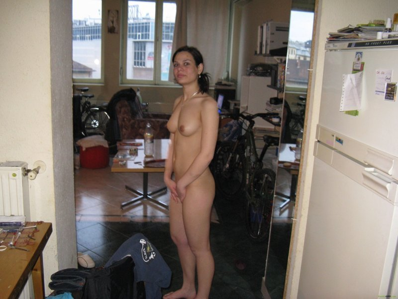 Хождение голым по квартире, русское видео онлайн муж сначала лижет жене пизду с комментарием