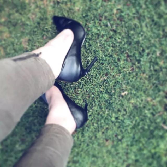 Сложности, с которыми ежедневно сталкиваются девушки на каблуках (9 фото)