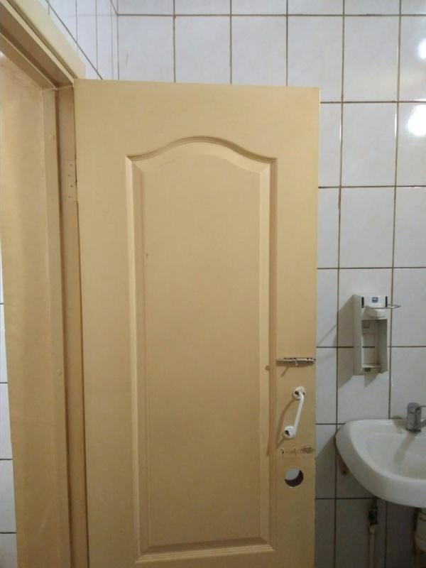 Когда в общественном туалете регулярно курят (4 фото)