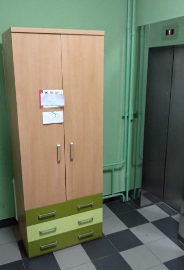 Когда новый шкаф не поместился в лифт (2 фото)