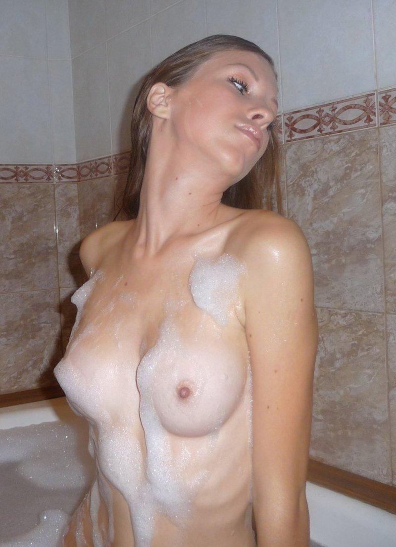 Девушки в ванной комнате и душе (31 фото)
