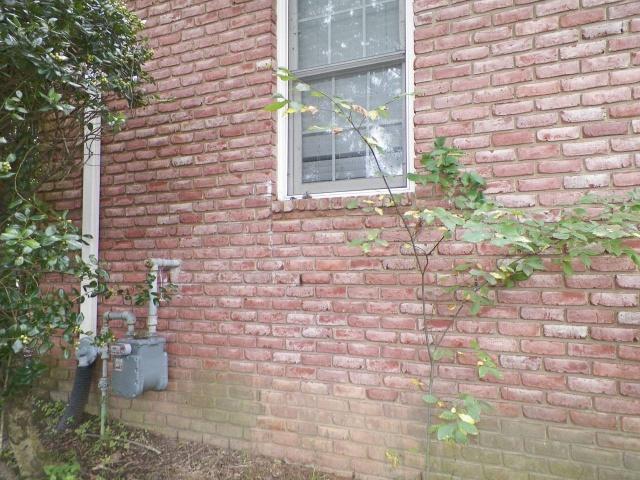 Странный шум в стене жилого дома (7 фото)