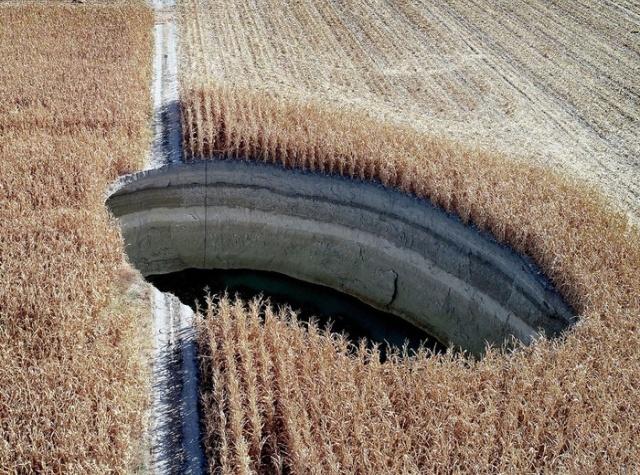 Пугающий провал грунта на фермерском поле (8 фото)