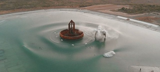 Необычное изобретение, установленное на водоеме (4 фото)