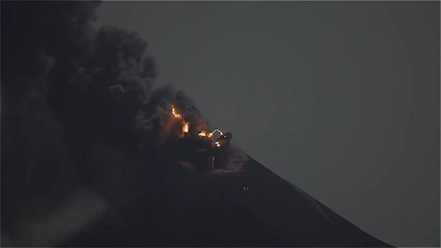 Действующий вулкан Кракатау генерирует молнии и гром (4 фото)
