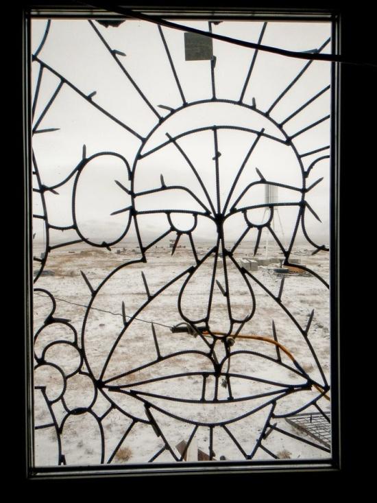 Для чего нужна такая надежная защита на окнах? (4 фото)