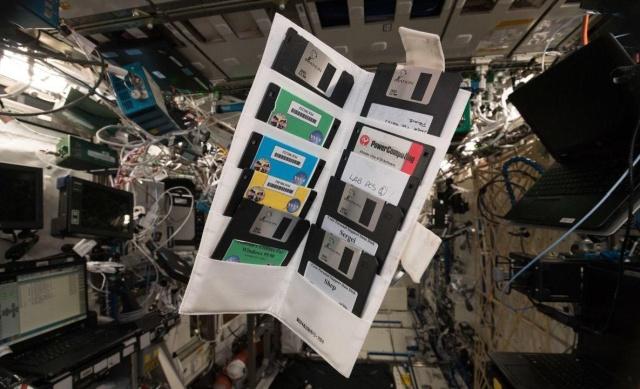 """""""Космические технологии"""" или находка на борту МКС (3 фото)"""