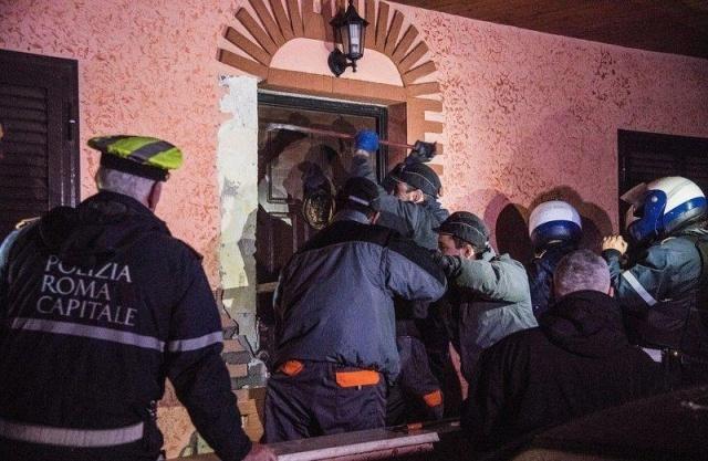 Итальянская полиция наведалась в особняки цыганского мафиозного клана (17 фото)