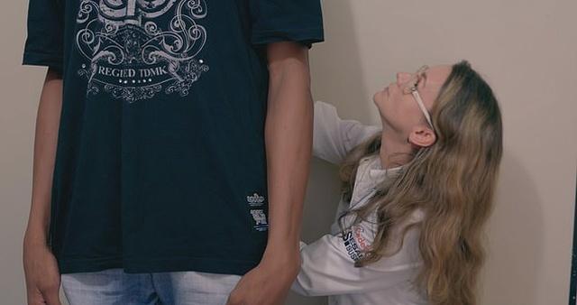 Родриго Сантос-Мотта - 19-летний бразильский парень с аномалией гормонов роста (8 фото)
