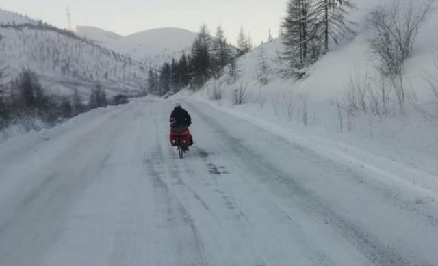 Местные жители обнаружили замерзающего испанского туриста, который ехал на Байкал на велосипеде (4 фото)