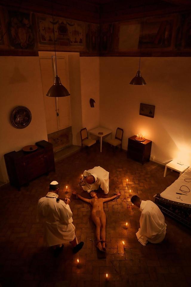 Модель Playboy Марису Папен арестовали за обнаженную фотосессию в Ватикане (5 фото)