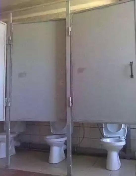 Странности, которые можно увидеть в туалетах (17 фото)