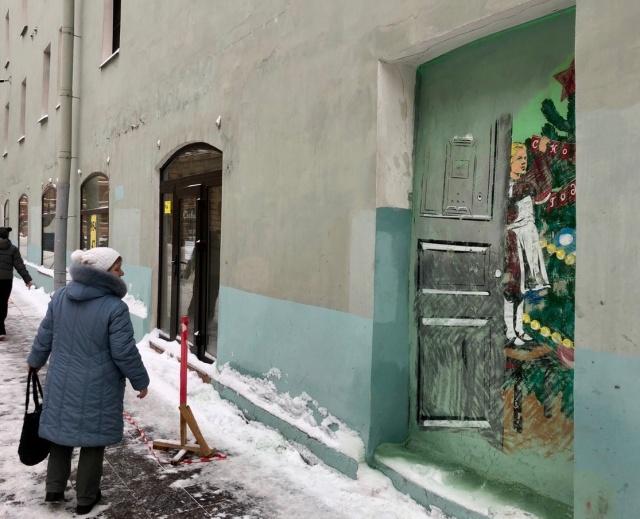 Активисты восстановили закрашенное новогоднее граффити в Санкт-Петербурге (3 фото)