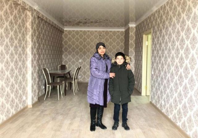 Мэр Дербента подарил квартиру семье мальчика, который перед школой помогал маме убирать улицы (5 фото)