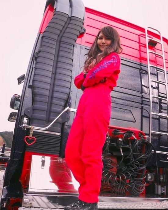 Как вы думаете, кем работает эта девушка из Японии? (9 фото)