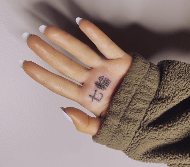 Певица Ариана Гранде набила на ладони иероглифы, которые насмешили пользователей сети (3 фото)