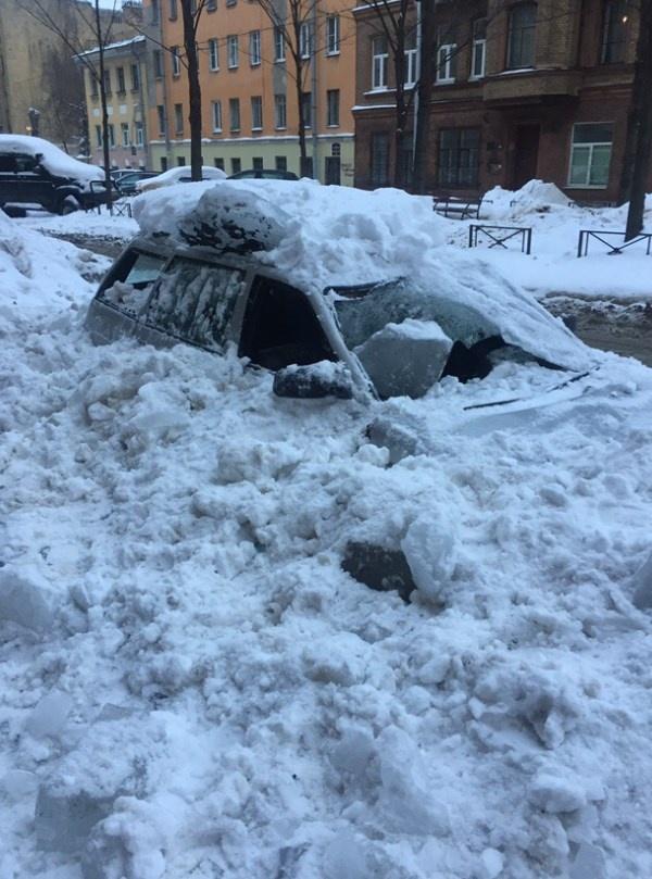 Работники ЖЭС разбили припаркованный возле дома автомобиль (3 фото)