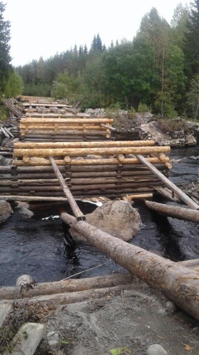 Жители карельского поселка своими силами построили мост (9 фото)